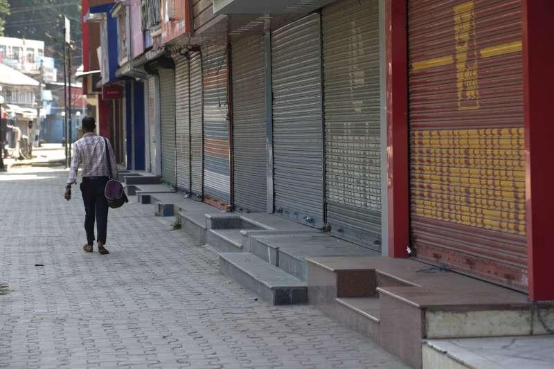 8月5日,印度當局封鎖查謨─喀什米爾邦,一名男子走在查謨─喀什米爾邦夏季首府斯里納加的街頭(美聯社)
