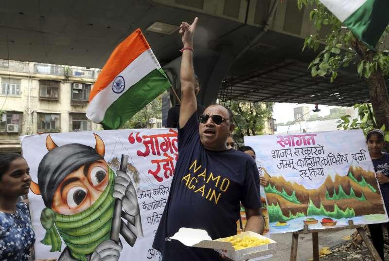 印度當局5日廢止查謨─喀什米爾邦70年特殊地位,印度總理莫迪的支持者歡喜慶祝(美聯社)