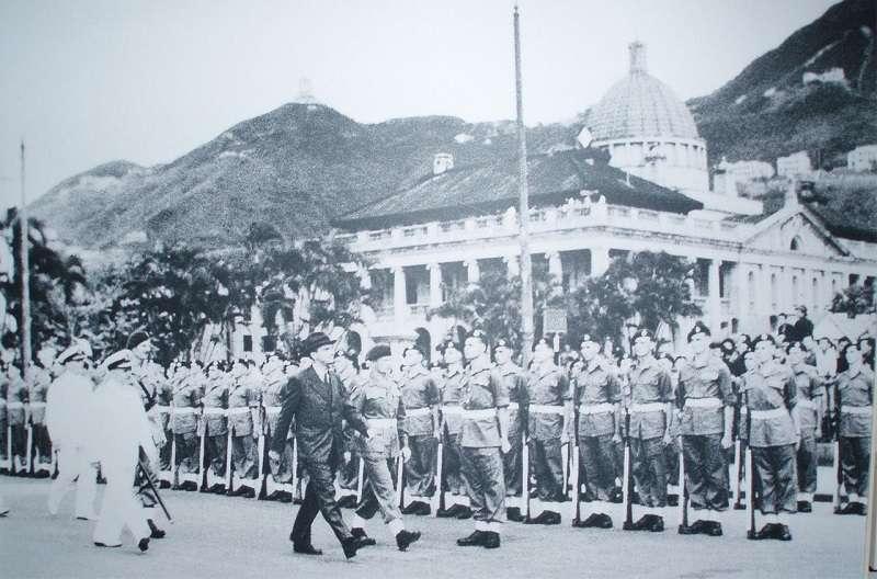 楊慕琦爵士(穿西裝者)在1946年5月1日復任港督,當日最高法院外舉行了大型的歡迎儀式。(維基百科)