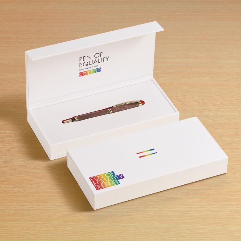 總統蔡英文致贈給同志平權運動先驅祁家威「平權之筆」的復刻版本。(臺灣同志運動發展協會提供)