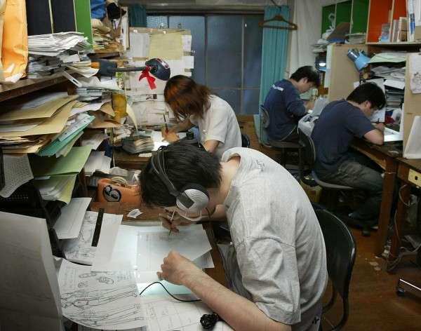 日本動畫師在簡陋公寓作工作室,並長時間埋頭苦幹。