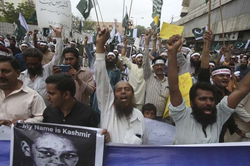 印度政府5日廢止查謨─喀什米爾邦70年的憲法特殊地位與自治權,巴基斯坦喀拉蚩的民眾上街抗議(美聯社)
