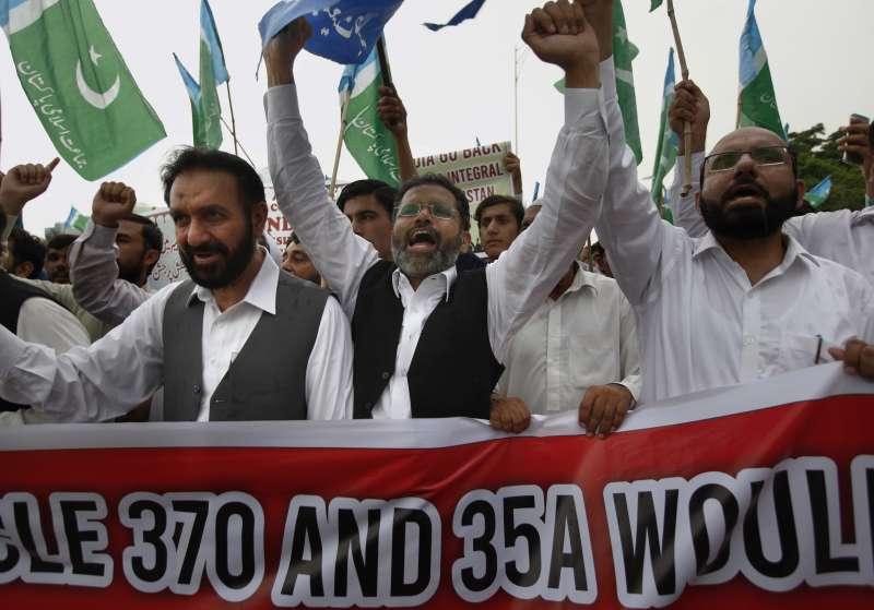 印度政府5日廢止查謨─喀什米爾邦70年的憲法特殊地位與自治權,巴基斯坦首都伊斯蘭馬巴德的民眾上街抗議(美聯社)
