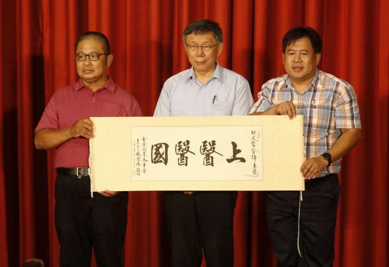 柯文哲(中)本身的高人氣能否轉移,影響台灣民眾黨甚大。(郭晉瑋攝)
