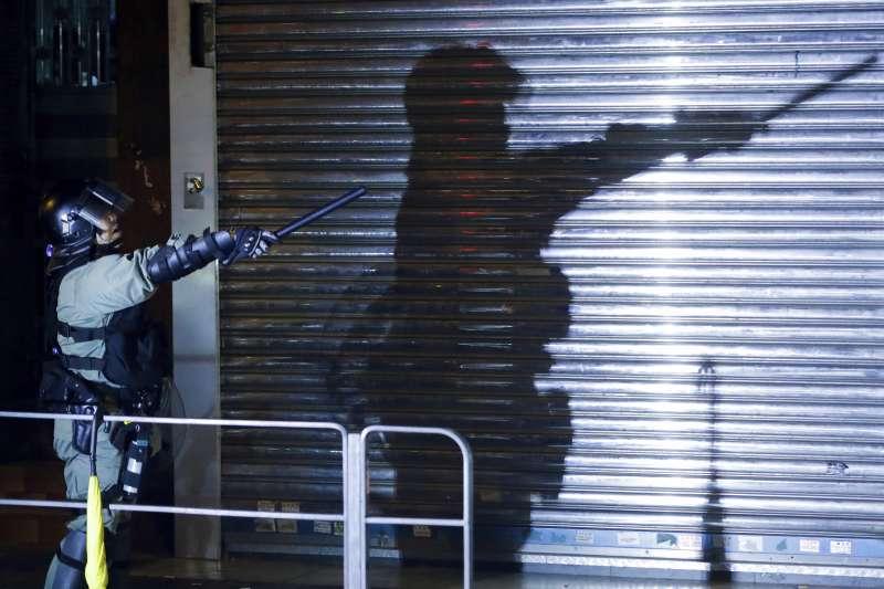 香港反送中示威持續延燒,警方在深水埗驅離抗議群眾。(AP)