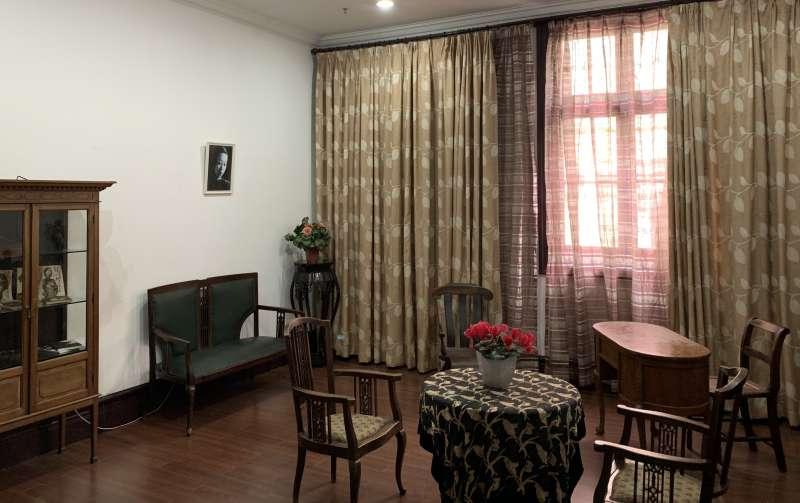 20190807-上海康定東路張家老宅裡,至今還保留著紀念張愛玲的一個書房,牆上掛著那張黃逸梵選中帶出國的張愛玲照片。(石曙萍提供)