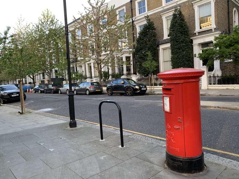 20190807-倫敦upper addison gardens 街上的郵筒。黃逸梵在一九五七年病重前寄給女兒及友人的信,大概皆由此寄出。(石曙萍提供)