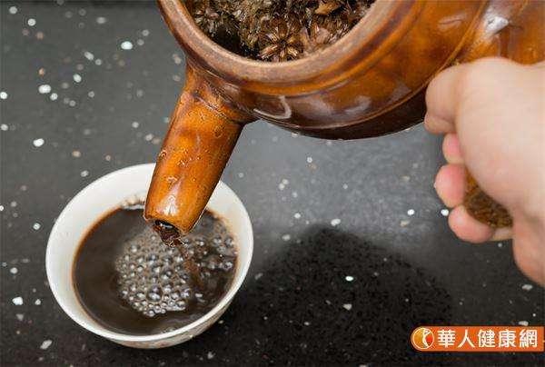 漢方清熱祛濕飲,材料有白茅根3錢、茯苓3錢、淡竹葉3錢、生甘草2錢、地骨皮3錢。(圖/華人健康網提供)