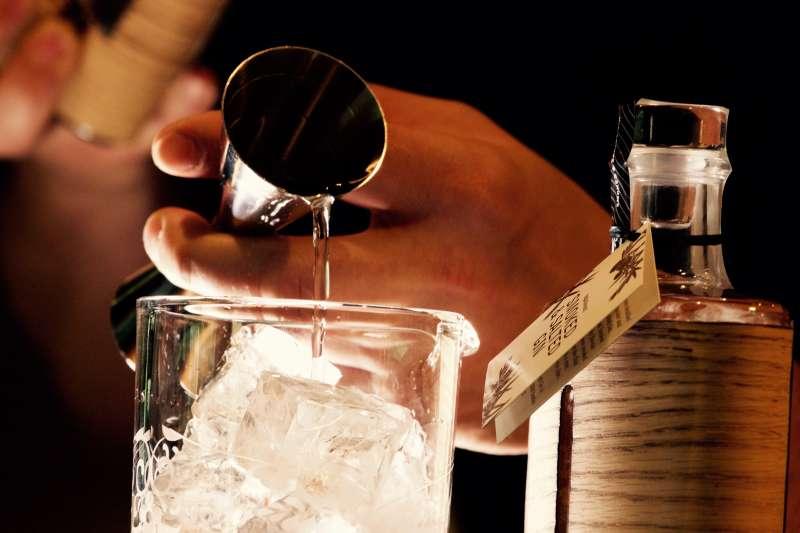 研究團隊在倫敦蘇活區的酒館調製第一杯Atomik調酒。(Axel Breuer@pexels)