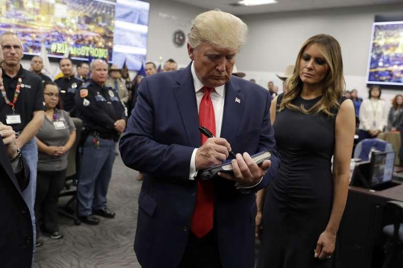 美國日前連續發生大規模槍擊案,總統川普7日與夫人梅蘭妮亞前往俄亥俄州代頓與德州帕索探望傷者。(AP)