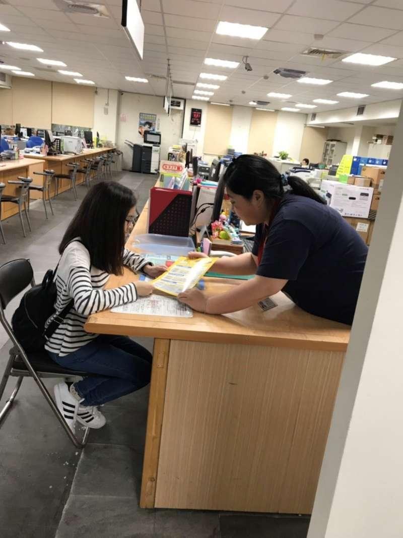 就服員小謝向小媛介紹青年金安薪方案。(圖/台中市政府提供)