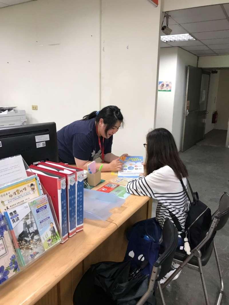 就服員小謝向小媛說明職涯工作卡功用。(圖/台中市政府提供)