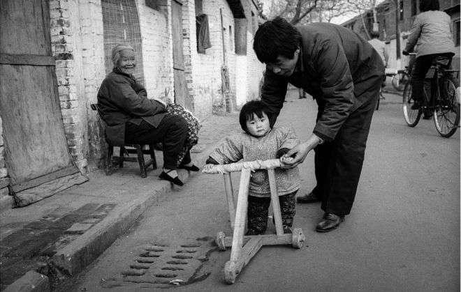 成都的孫女與奶奶(1985年)。(BBC中文網)