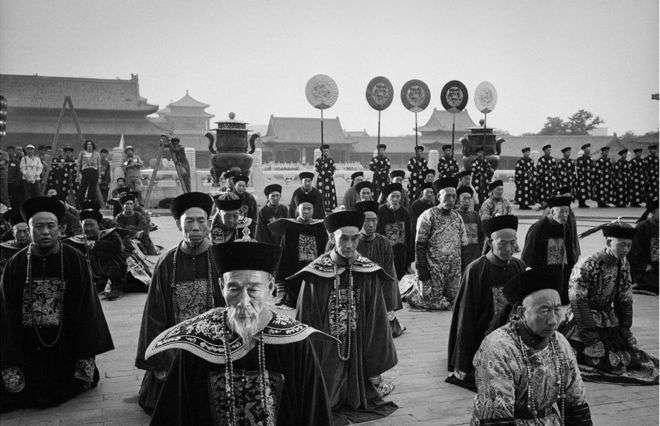 1985北京紫禁城,演員在拍攝現場等待。(BBC中文網)