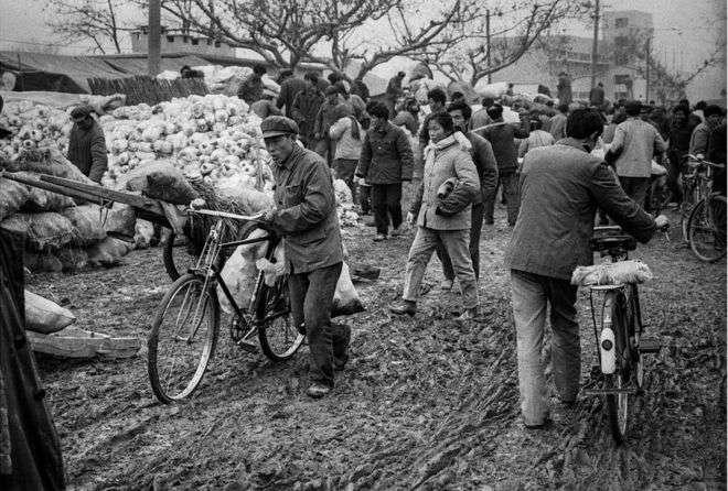 合肥市集(1986年)。(BBC中文網)