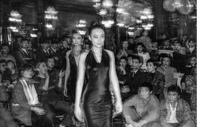 1985年法國皮爾卡登在北京馬克西姆(Maxim's de Paris)餐廳舉行時裝秀。(BBC中文網)