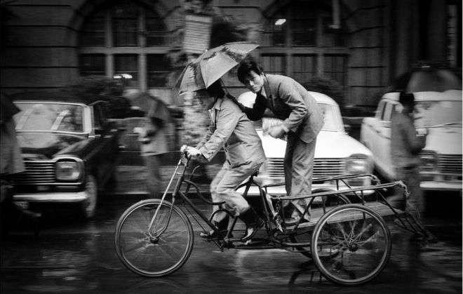 上海三輪車上的打傘男子(1985年)。(BBC中文網)