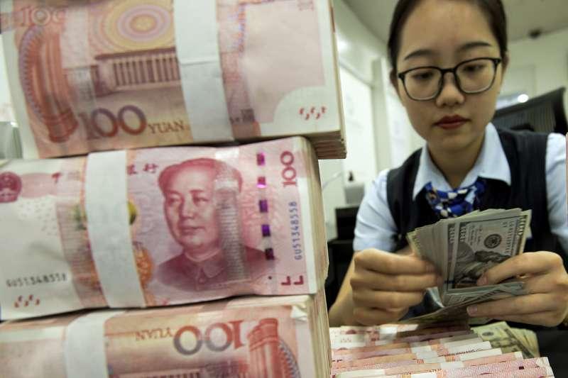 中美貿易戰加打貨幣戰:人民幣與美元(AP)