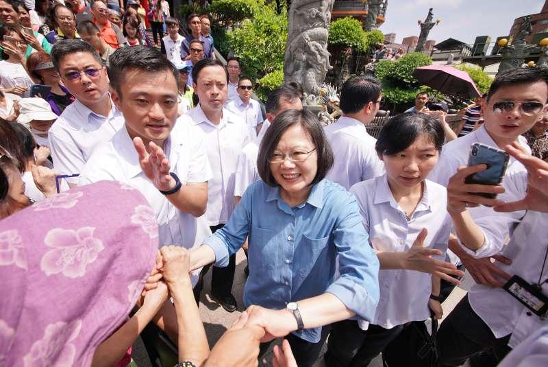 20190811-蔡英文總統參拜蘆洲湧蓮寺,與支持群眾握手。(盧逸峰攝)
