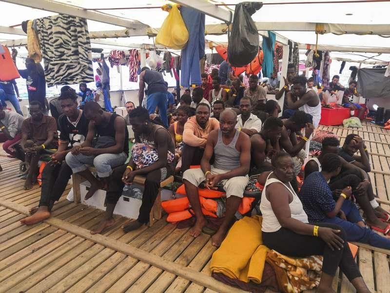 救難船張開手臂號(Open Arms)上擠滿來自非洲各國的難民。(AP)