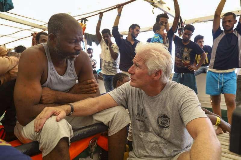 2019年8月9日,好萊塢影星李察吉爾登上救難船張開手臂號(Open Arms)探視難民。(AP)