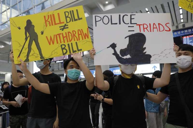 2019年8月,香港反送中示威持續延燒,民眾指控警方縱容黑道施暴(AP)
