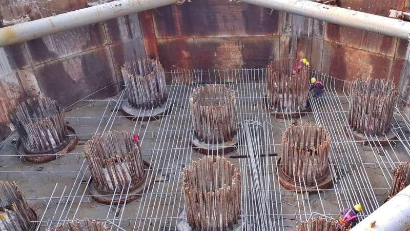 金門大橋基礎鋼筋綁紮施工。(圖/交通部高工局提供)