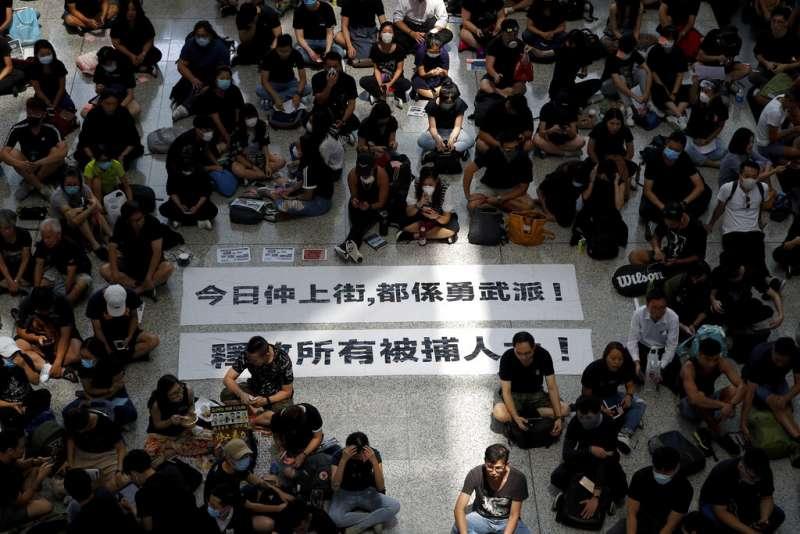 2019年8月12日,香港民眾發起「警察還眼」活動,抗議警方暴力鎮壓手段,香港機場滿是抗議人潮,機管局宣布當日所有航班取消。(AP)