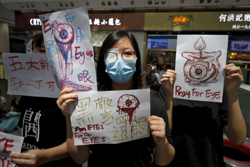 一名女性示威者在「警察還眼」抗爭中,指控黑警襲擊手無寸鐵的民眾。(美聯社)