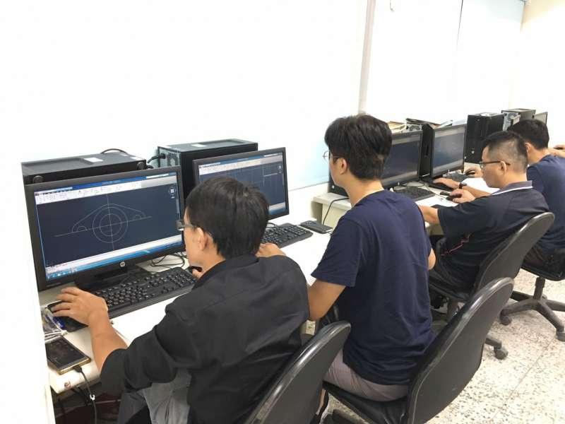 台中市勞工大學開課,課程兼具創新又實用,電腦實物教學很受歡迎。(圖/台中市政府勞工局提供)