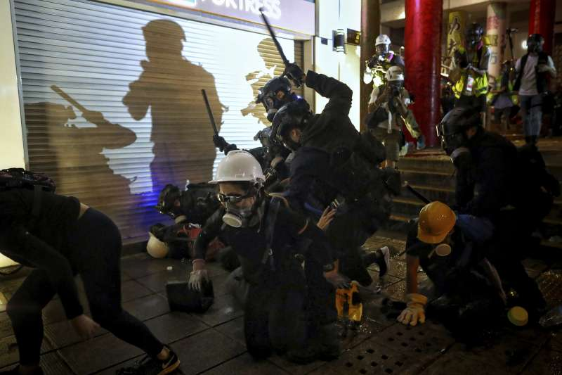 香港反送中示威越演越烈,警方執法引發爭議。(AP)