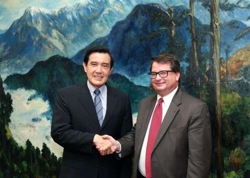2015年美國國家二戰博物館(National WWII Museum)歷史研究處處長胡森(Keith Huxen)博士訪問台灣,拜會時任中華民國總統的馬英九先生。(取自美國國家二戰博物館)