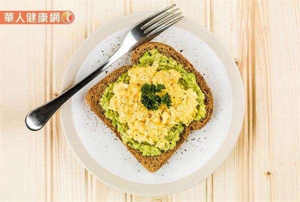 全麥麵包1片+酪梨1/8顆+炒蛋1顆+無糖鮮奶茶1杯,是相當不錯的早餐搭配組合。(圖/華人健康網提供)