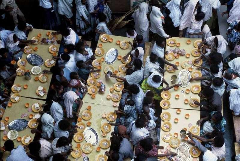 埃塞俄比亞難民在以色列軍艦上就餐(圖/BBC)