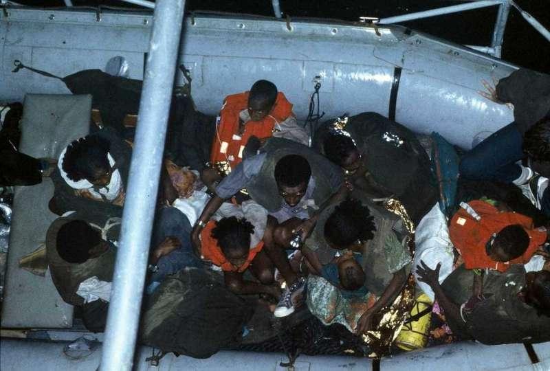 埃塞俄比亞猶太人被船從海灘運送到軍艦上(圖/BBC)
