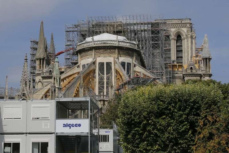 巴黎聖母院4月發生大火,中央尖塔與屋頂燒毀,大量含鉛物質因此釋放到環境中成為汙染。(AP)