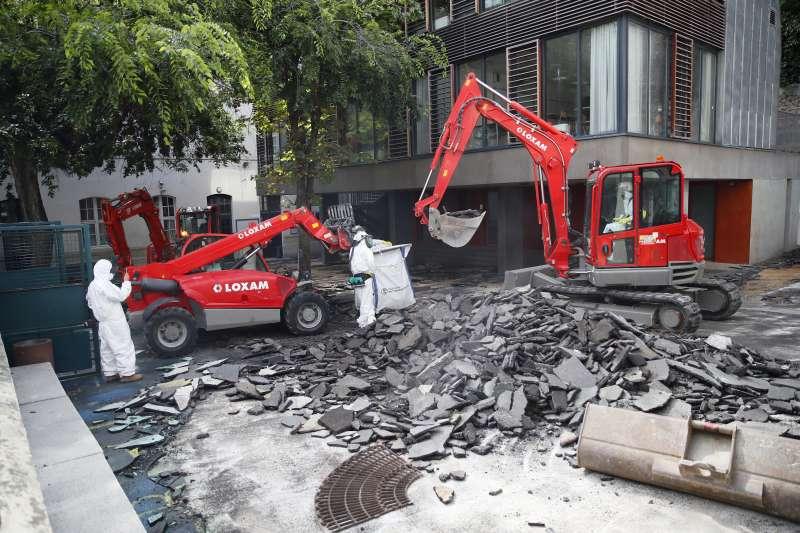 巴黎聖母院4月發生大火,300噸含鉛物遭燒毀,巴黎市政府將碎裂鉛塊聚集清除。(AP)