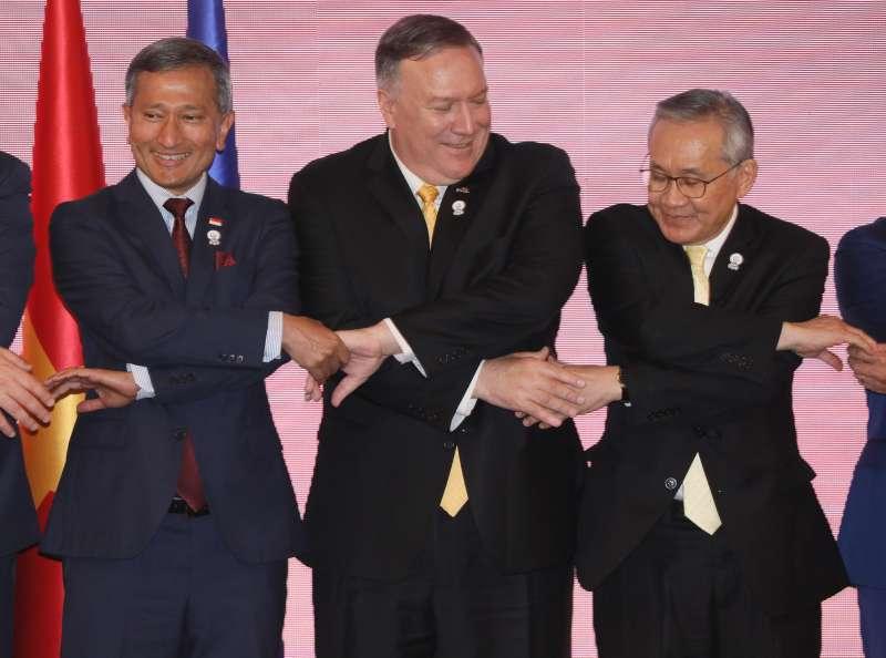 受中美貿易戰波及,新加坡經濟表現呈現衰退,圖為美國國務卿龐畢歐(中)與星國外長維文(左)。(AP)
