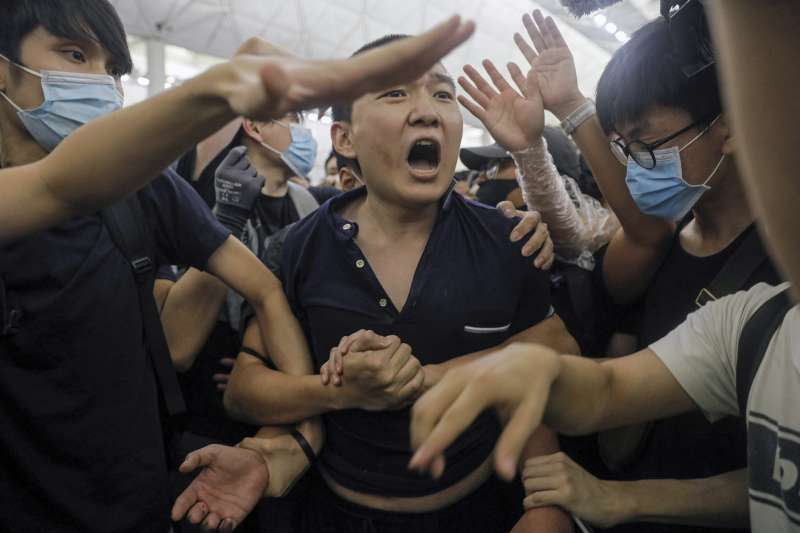 2019年8月13日,反送中示威者佔據香港機場,中國《環球時報》記者付國豪遭到示威者拘禁毆打(AP)