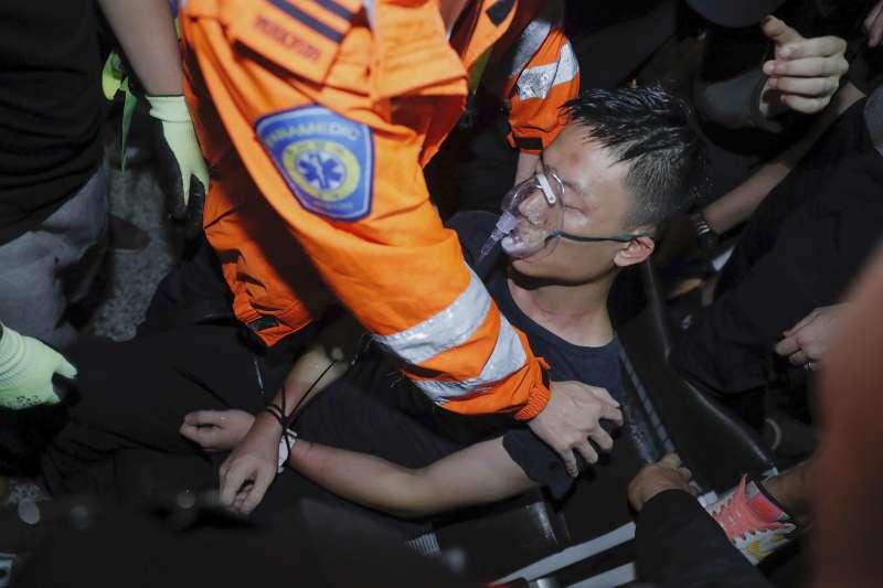 2019年8月13日,反送中示威者佔據香港機場,一名中國內地旅客被懷疑是深圳公安,遭到示威者拘禁毆打(AP)