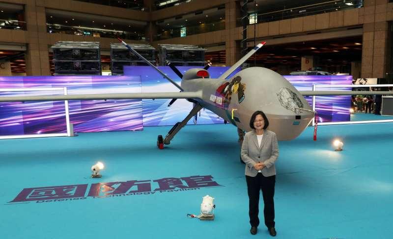 兩年一度的「台北國際航太暨國防工業展」今(15)起在世貿一館登場,總統蔡英文親自出席,並和騰雲無人機2.0版合影。(蘇仲泓攝)