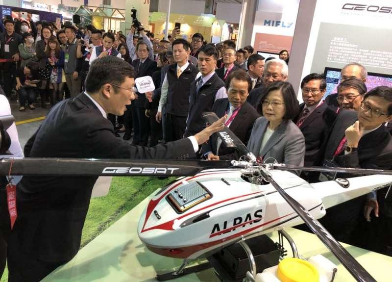 經緯航太的無人機技術應用,獲總統蔡英文高度讚賞。(翻攝自羅正方臉書)