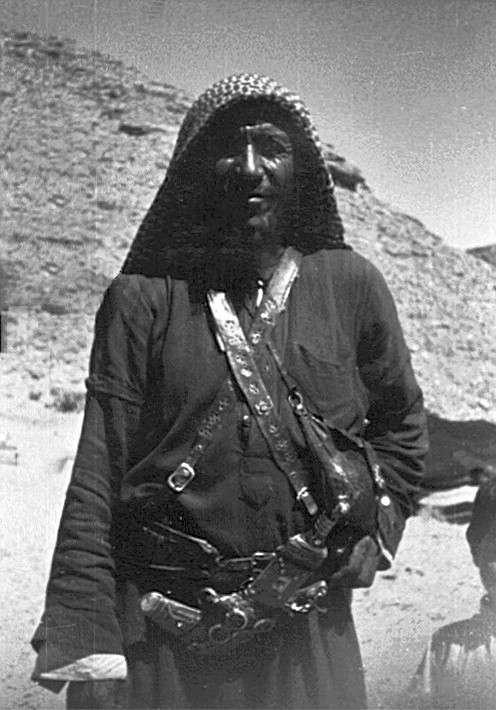 頭戴Kufiya的貝都因男性(取自維基百科)