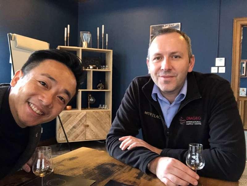 與慕赫酒廠經理Mark於酒廠中一同探討慕赫16年(圖 / Howard Yu提供)