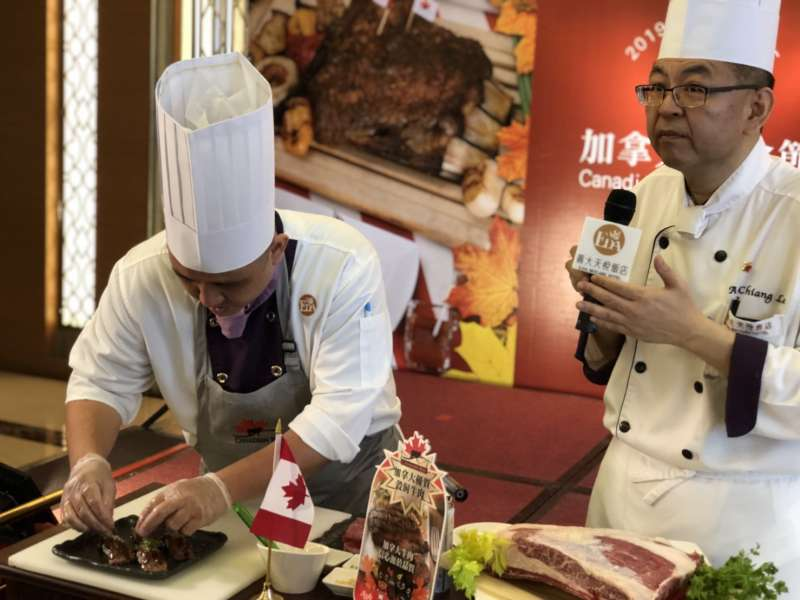 義大天悅飯店與加拿大駐台貿易辦事處、加拿大牛肉協會共同合作,於百匯自助餐廳推出加拿大美食節。(圖/徐炳文攝)