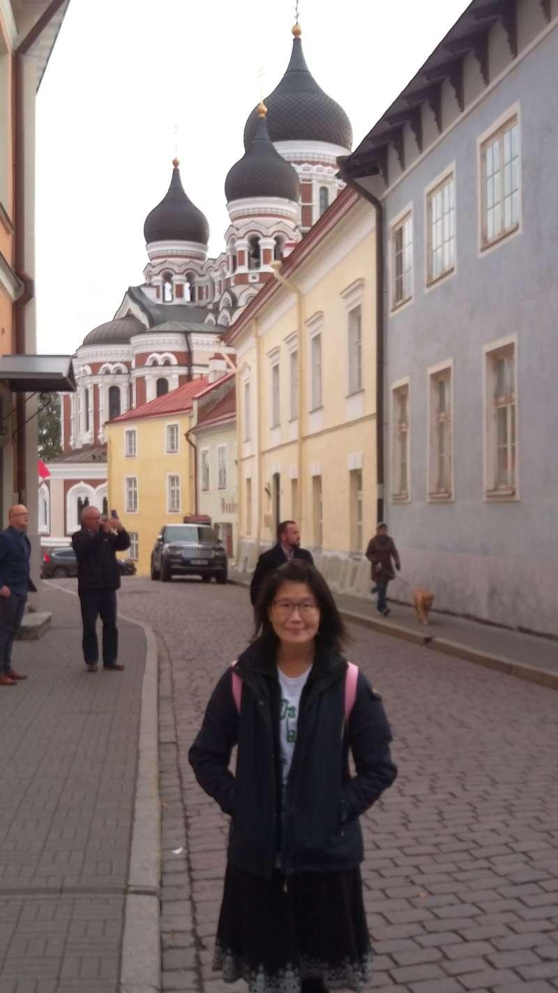 我在塔林老城,背後可以看見亞歷山大涅夫斯基大教堂。(圖/謝幸吟提供)