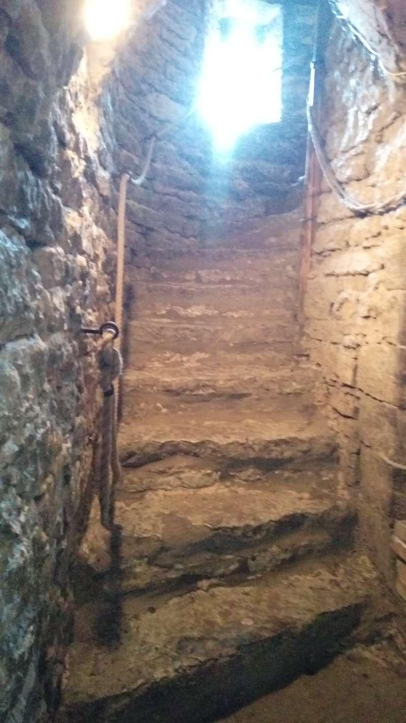 通往聖奧拉夫教堂觀景平台的石梯,旁有繩索。(圖/謝幸吟提供)