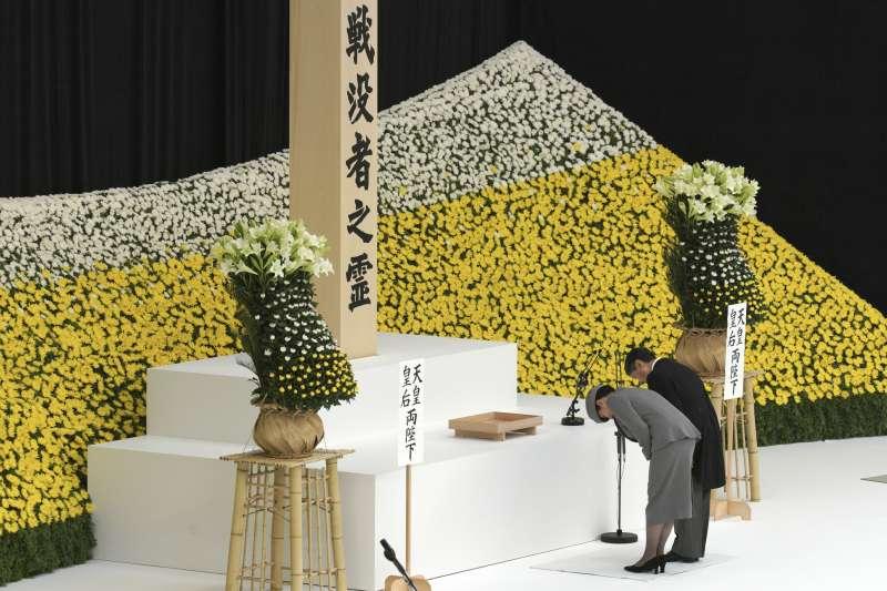 2019年8月15日,日本二戰戰敗74周年,天皇德仁與皇后雅子出席全國戰歿者追悼儀式。(AP)