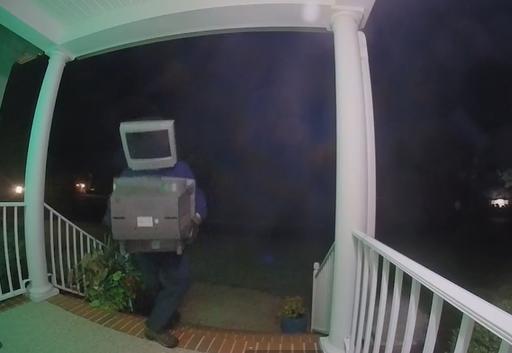 美國維吉尼亞州亨利克郡(Henrico County)出現神秘的電視怪客。(擷取自YouTube)