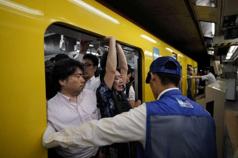 東京電車的擁塞舉世聞名,,外界憂心能否應付2020東京奧運的龐大人潮。(AP)